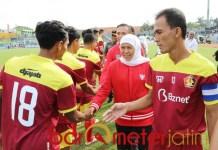 PIALA GUBERNUR: Khofifah menyalami pemain Persik yang akan berlaga. | Foto: Barometerjatim.com/ABDILLAH HR