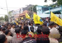BATAL GERUDUK GRAHADI: PMII Surabaya demo Dinas Pendidikan Jatim. | Foto: Barometerjatim.com/ROY HS