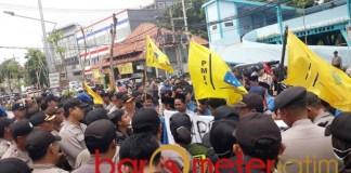 BATAL GERUDUK GRAHADI: PMII Surabaya demo Dinas Pendidikan Jatim.   Foto: Barometerjatim.com/ROY HS