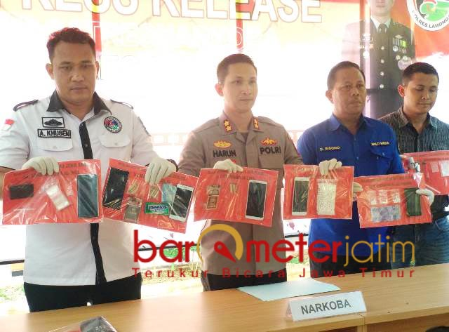 BARANG BUKTI: Petugas menunjukkan barang bukti di kantor Polres Lamongan. | Foto: Barometerjatim.com/HAMIM ANWAR