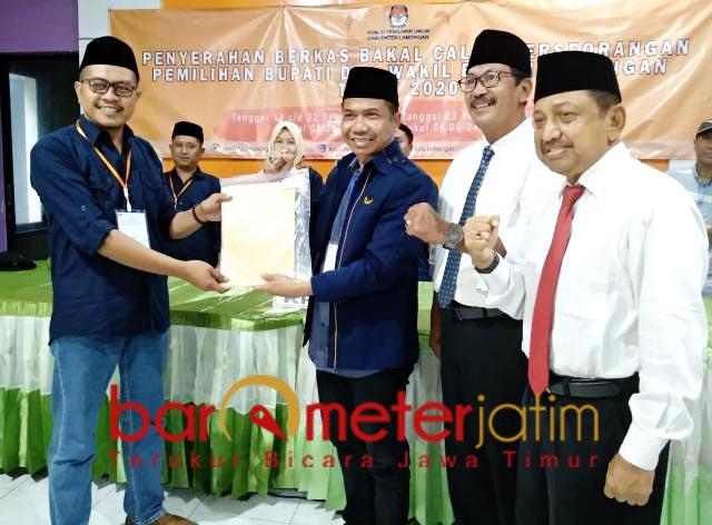 JALUR INDEPENDEN: Suhandoyo dan Su'udin mendaftar ke KPU Lamongan. | Foto: Barometerjatim.com/HAMIM ANWAR