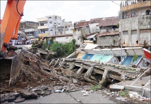 AMBLES: Jalan nasional di Jember yang ambles. Akibat anggaran Rp 10 M tak terserap? | Foto: IST