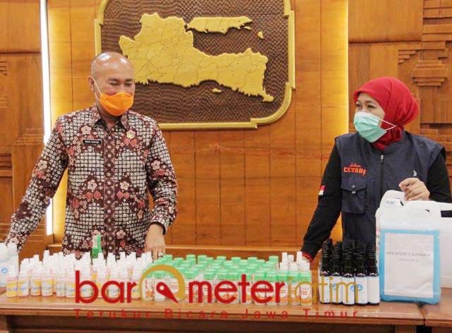 PERANGI CORONA: Khofifah dan Wahid Wahyudi, siap produksi hand sanitizer massal libatkan SMA-SMK. | Foto: Barometerjatim/ROY HS