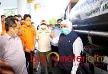 BANTUAN ETHANOL: Sarmuji (kiri) saat mendampingi penyerahan bantuan ethanol ke Pemprov Jatim. | Foto: Barometerjatim.com/ROY HS