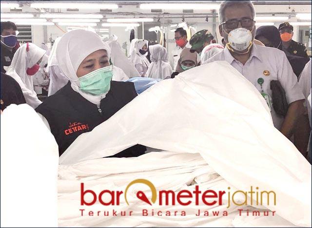 APD LAWAN CORONA: Khofifah mengecek produksi APD di Probolinggo untuk melawan Corona di Jatim.   Foto: Barometerjatim.com/ROY HS