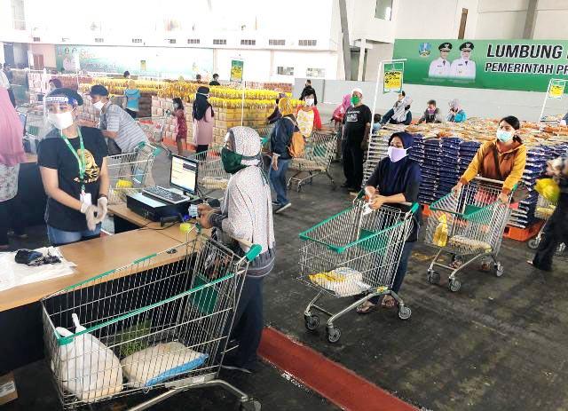 LUMBUNG PANGAN JATIM: Warga berbelanja sembako murah di Lumbung Pangan Jatim jelang Ramadhan.   Foto: IST