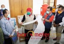 BANTUAN LAWAN CORONA: Khofifah menerima bantuan APD dari Yayasan Stapa Center. | Foto: Barometerjatim.com/ROY HS