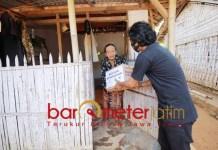 TERDAMPAK CORONA: Relawan Gusdurian mendatangi rumah warga untuk membagikan sembako. | Foto: Barometerjatim.com/IST