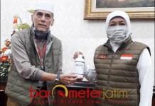 DARI SOLO KE JATIM: Habib Hasan Mulachela saat menyerahkan bantuan kepada Gubernur Khofifah. | Foto: Barometerjatim.com/ABDILLAH HR