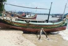 TERPARKIR: Perahu nelayan di pantura Lamongan, makin sering terparkir sejak pandemi Corona. | Foto: IST