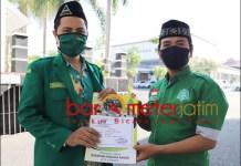 HINA NU: Mundir (kiri) melaporkan akun FB yang dinilai menghina NU ke Maplrestabes Surabaya. | Foto: Barometerjatim.com/ ROY HS