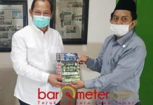 PWNU JATIM: Direktur RSI Surabaya, Samsul Arifin menerima bantuan dari PWNU Jatim. | Foto: Barometerjatim.com/ROY HS