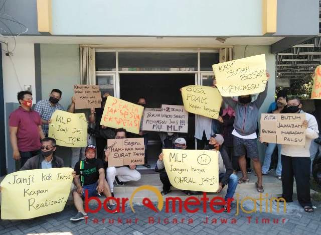 DEMO: Warga Perum Juanda Residence mendemo pengembang karena dianggap ingkar janji.   Foto: Barometerjatim.com/ANDRIAN