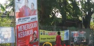 PILWALI SURABAYA: APK Eri Cahyadi-Armuji dihiasi gambar Wali Kota Surabaya, Tri Rismaharini disoal. | Foto: Barometerjatim.com/IST