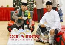 HANGAT DAN AKRAB: Irjen Pol Fadil Imran berbincang hangat dengan Arum Sabil di padepokannya, Jember. | Foto: Barometerjatim.com/ROY HS