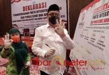 BELUM RESMI PASLON: Kelana Aprilianto-Dwi Astutik, ikut teken pakta integritas yang digelar Bawaslu. | Foto: Barometerjatim.com/IST