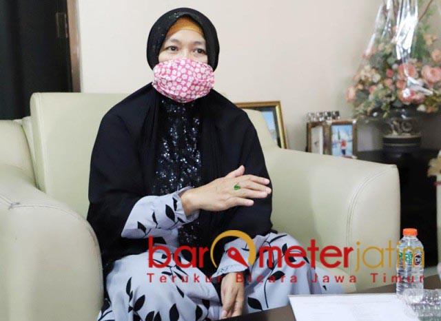 """BERKELAS WAE: Nur Kholisoh, kobarkan lagu """"Berkelas Wae"""" dukung Kelana-Astuti.   Foto: Barometerjatim.com/ROY HS"""