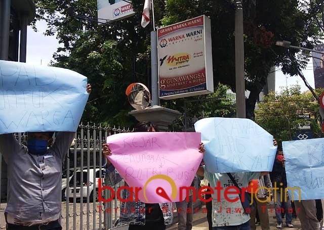USIK PAJAK REKLAME: Massa Kompan menggelar aksi di depan kantor PT Warna-Warni Advertising. | Foto: Barometerjatim.com/FIYANTO