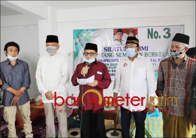 MINTA MAAF: Sempat mencabut dukungan, Haris Nukman (tengah), minta maaf kepada Kelana Aprilianto. | Foto: Barometerjatim.com/ROY HS