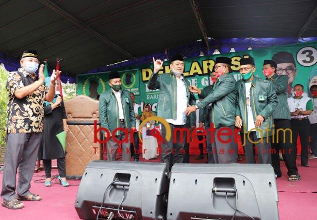 DUKUNGAN PENUH: Kelana Aprilianto disemati jas Barikade Gus Dur. Tanda dukungan di Pilbup Sidoarjo. | Foto: Barometerjatim.com/ROY HS