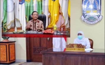 OMNIBUS LAW: Khofifah, rakor virtual bersama Menkopolhukam Mahfud MD terkait regulasi Omnibus Law. | Foto: Barometerjatim.com/IST