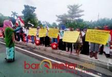 LAWAN PREMANISME: Emak-emak pembela Risma gelar aksi di depan Balai Kota Surabaya. | Foto: Barometerjatim.com/ROY HS