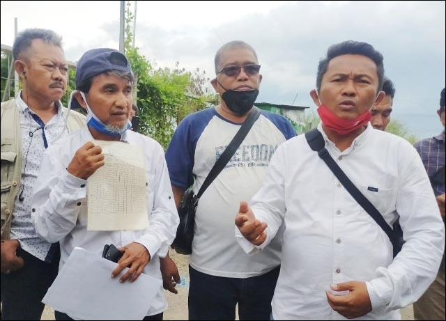 SENGKETA TANAH: Arif Syaifuddin alias Ipong bersama tim kuasa hukumnya saat mengecek keberadaan tanahnya.   Foto: IST