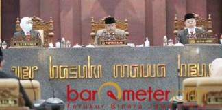 NOTA KEUANGAN: Khofifah saat Rapat Paripurna di Gedung DPRD Jatim, Senin (16/11/2020). | Foto: Barometerjatim.com/ABDILLAH HR