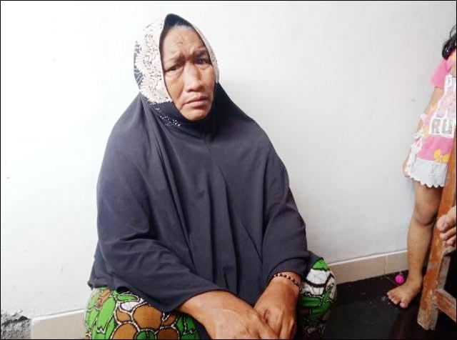 TAK TERIMA BERAS LAGI: Darwati, kebingungan setelah dicoret dari daftar penerima beras bantuan dari Kemensos.   Foto: IST