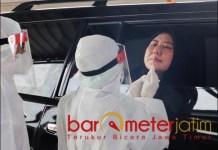SWAB PCR: Ketua Dharma Wanita Persatuan Kota Surabaya, Chusnur Ismiati swab PCR saat pembukaan Neo Clinic. | Foto: Barometerjatim.com/ROY HS
