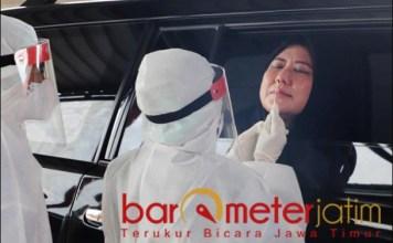 SWAB PCR: Ketua Dharma Wanita Persatuan Kota Surabaya, Chusnur Ismiati swab PCR saat pembukaan Neo Clinic.   Foto: Barometerjatim.com/ROY HS