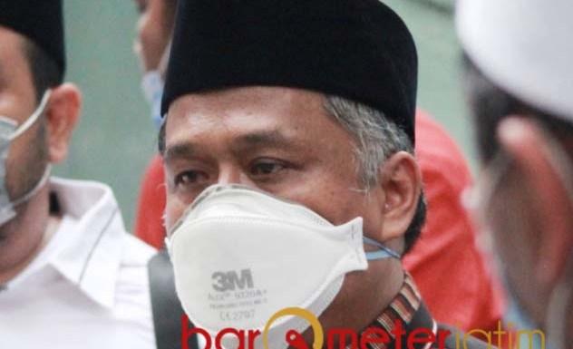 BANTU KORBAN BENCANA: Irwan Setiawan, anggoat DPRD dari PKS patuh dengan instruksi partai. | Foto: Barometerjatim.com/ROY HS