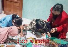 KKN DI MASA CORONA: Mahasiswa KKN Untag melakukan pendampingan belajar pada anak SD. | Foto: Barometerjatim.com/ARLANA CW