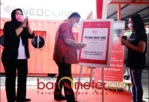 DRIVE THRU TES CORONA: Whisnu Sakti Buana saat membuka layanan drive thru tes Covid-19 di Surabaya. | Foto: Barometerjatim.com/ROY HS