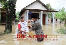 BANTUAN: Gus Hans, berikan paket bantuan dari donatur Unipdu untuk korban banjir di Jombang. | Foto: Barometerjatim.com/ROY HS