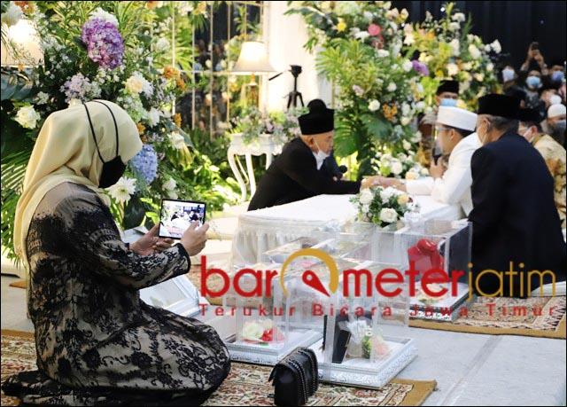 AKAD NIKAH: Gubernur Khofifah merekam detik-detik Kiai Asep menikahkan putrinya. | Foto: Barometerjatim.com/ROY HS