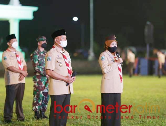 PERSEMI: Khofifah saat membuka Perkemahan Sehat Era Pandemi di Jember, Sabtu (27/03/2021) malam.   Foto: Barometerjatim.com/ROY HS
