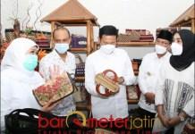 KUNJUNGI UMKM: Khofifah bersama Yuhronur kunjungi salah satu UMKM kerajinan di Lamongan. | Foto: Barometerjatim.com/HAMIM ANWAR