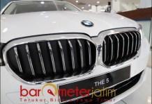 NUANSA PREMIUM: Varian terbaru The New BMW Seri 5 cocok untuk kalangan ekskutif muda. | Foto: Barometerjatim.com/ROY HS