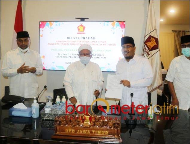 TITIPAN KIAI: Anwar Sadad menerima titipan substansi sebagai masukan Raperda Pesatren. | Foto: Barometerjatim.com/ROY HS