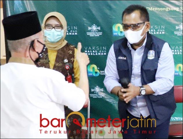 MAJU DI 2024?: Heru Tjahjono (kanan) saat mengunjungi vaksinasi Covid-19 di kantor PWNU Jatim. | Foto: Barometerjatim.com/ROY HS/DOK