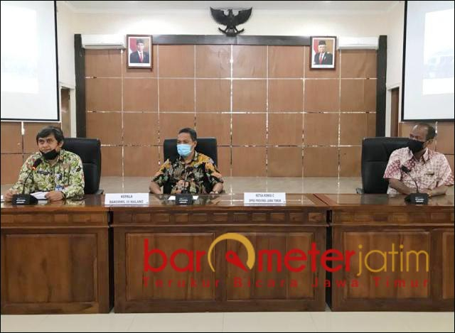TELUSURI ASET: Hidayat (tengah) pimpin Komisi C DPRD Jatim telusuri aset Pemprov di Bakorwil Malang. | Foto: Barometerjatim.com/ROY HS