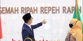 CERITA GEDUNG SATE: Gubernur Ridwan Kamil bersama Gubernur Khofifah di gedung Sate.   Foto: Barometerjatim.com/ABDILLAH HR