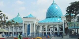 JADI GELAR SHALAT ID?: Pengelola Masjid Al Akbar bersiap gelar shalat Id di tengah pandemi Covid-19. | Foto: Barometerjatim.com/ROY HS
