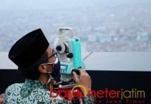 TENTUKAN 1 RAMADHAN: Muhibbin Zuhri saat rukyatul hilal untuk menentukan 1 Ramadhan 1442 Hijriyah. | Foto: Barometerjatim.com/ROY