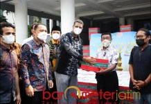PAKET SEMBAKO: Yayasan Spins Interactional School memberikan sembako untuk warga Surabaya. | Foto: Barometerjatim.com/ANDRIAN