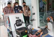 BANTUAN KEMENSOS: Gading Ogi Saputra, bekerja dengan motor roda tiga bantuan Kemensos. | Foto: Kemensos/IST