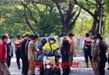 ADA YANG KABUR: Penyekatan di kaki Suramadu, ada 577 warga kabur dari tes antigen. | Foto: Barometerjatim.com/IST