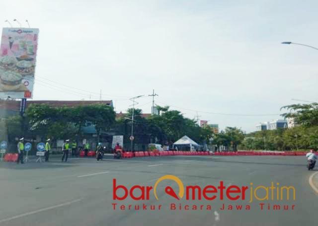 HINGGA 25 JULI: Penyekatan PPKM Darurat di Jalan A Yani Surabaya. Diperpanjang hingga 25 Juli 2021.   Foto: Barometerjatim.com/ROY HS