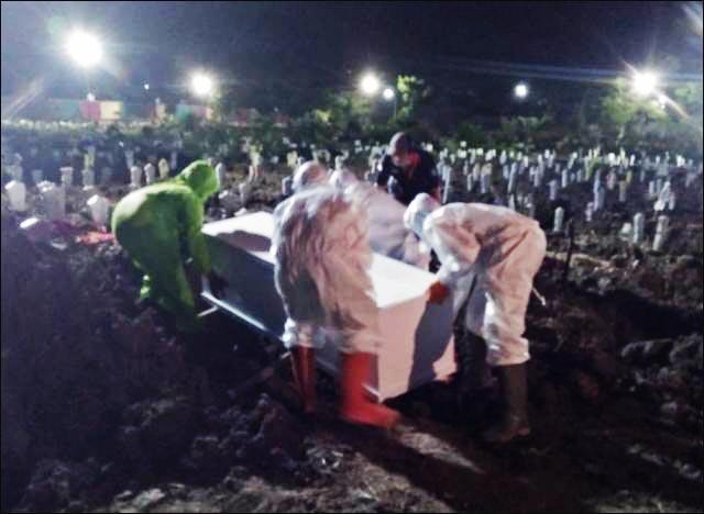 PEMAKAMAN JENAZAH COVID-19: Proses pemakaman jenazah akibat Covid-19 di TPU Keputih Surabaya. | Foto: Barometerjatim.com/IST